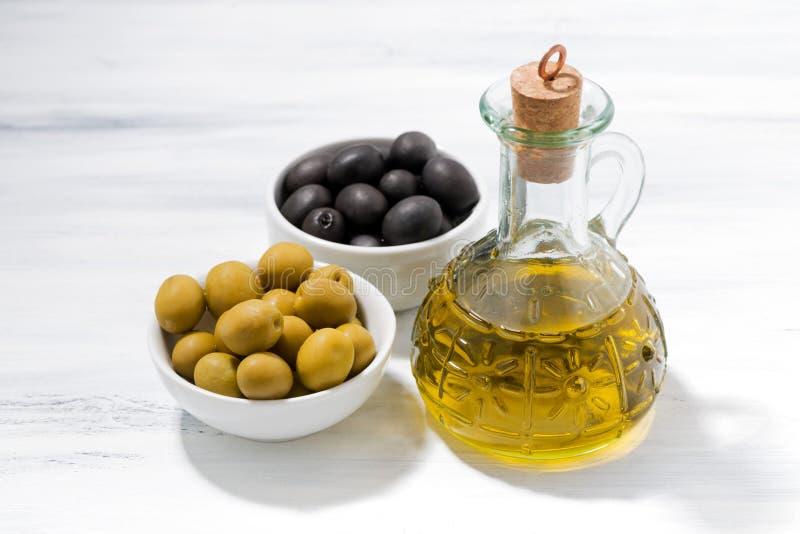 有橄榄油和碗的瓶用橄榄,顶视图 库存照片