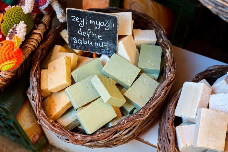 有橄榄油的五颜六色的月桂树肥皂在义卖市场 库存照片