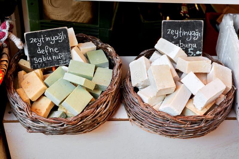 有橄榄油的五颜六色的肥皂在义卖市场 库存照片