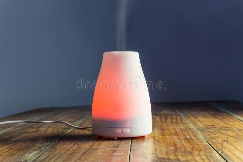 有橙色光的超音波精油分散器 免版税图库摄影