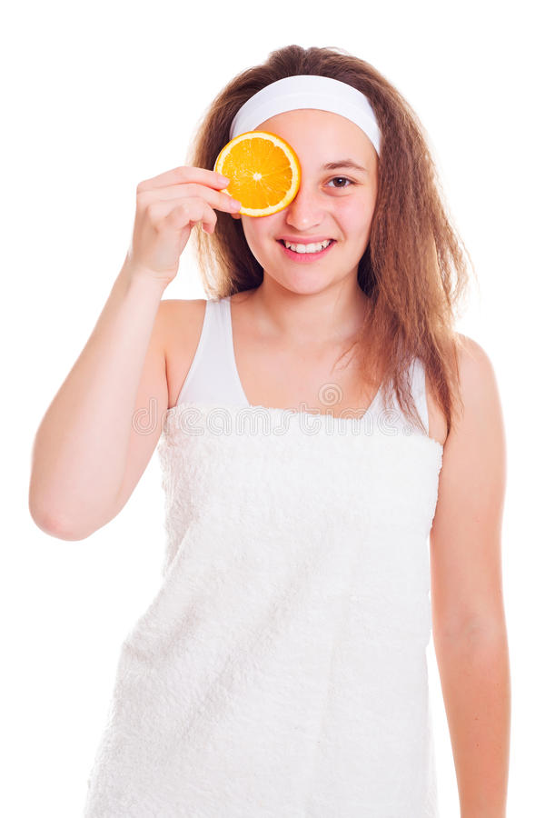 有橙色切片的女孩在她的眼睛 免版税库存照片