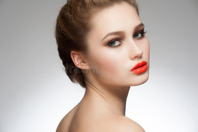 有橙色唇膏的妇女 免版税库存照片