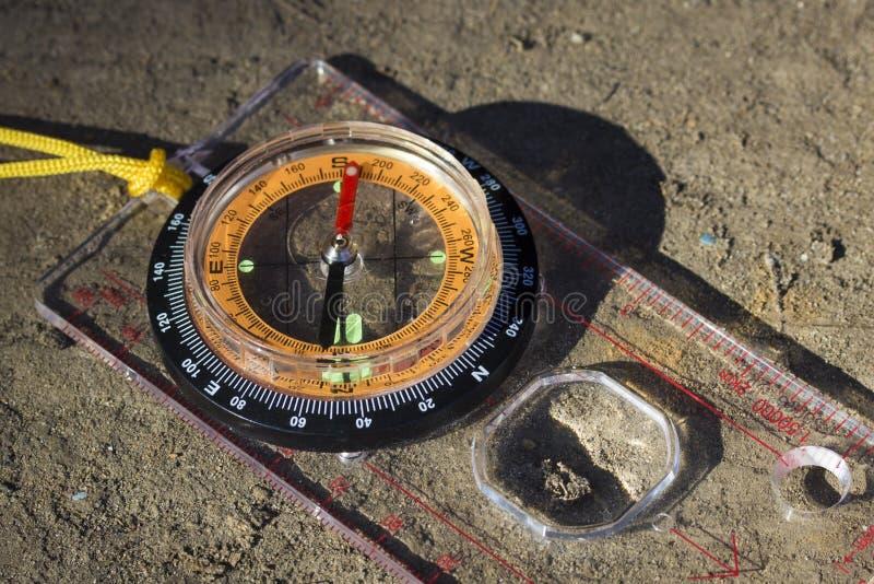 有橙色拨号盘关闭的明亮的指南针 免版税库存照片