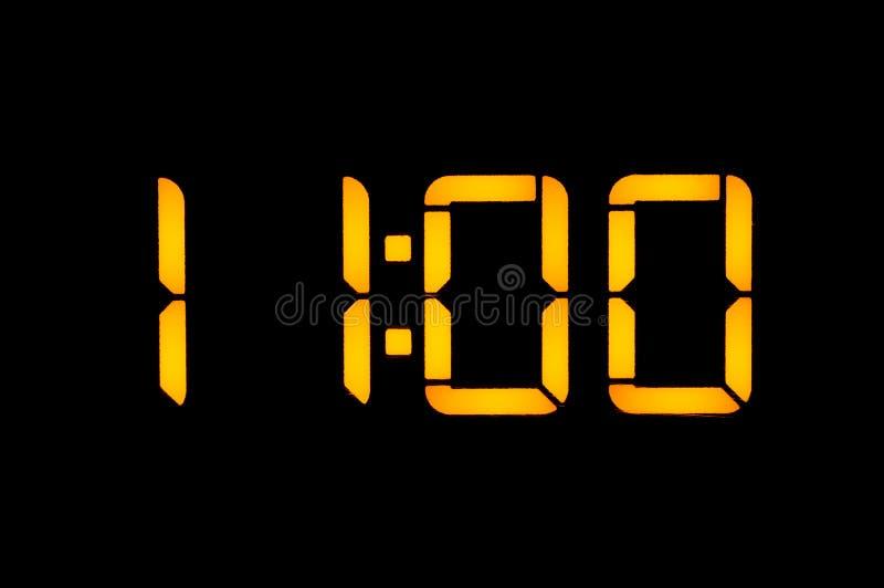 有橙色数字的电子数字钟在黑背景显示时期的十一零早晨调零 ?? 免版税库存图片