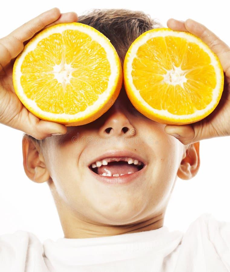 有橙色果子双的小逗人喜爱的男孩在白色微笑没有快乐前牙可爱的孩子 库存照片