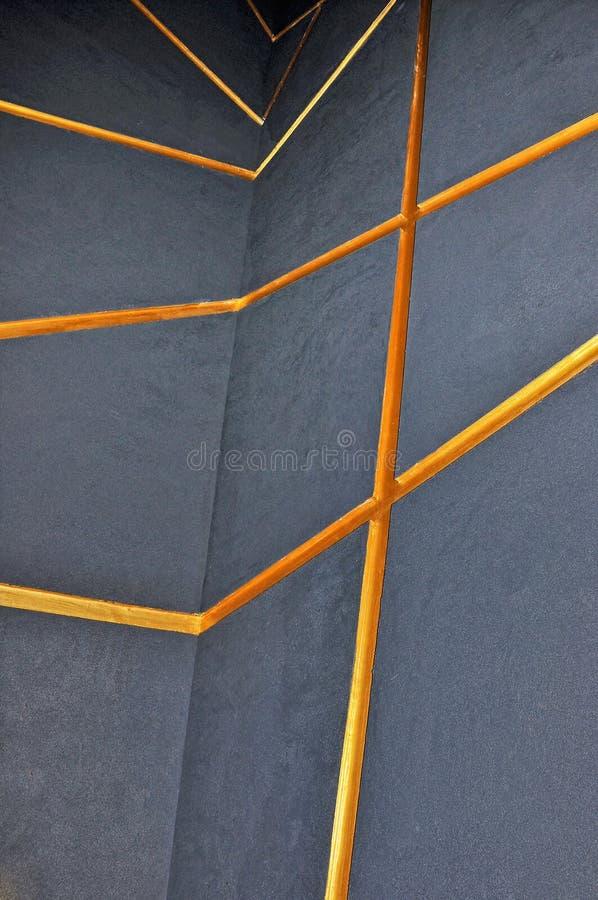 有橙色线的灰色墙壁 免版税库存照片