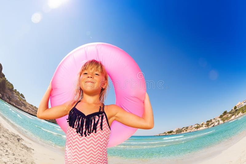 有橡胶环的愉快的女孩在海边 图库摄影
