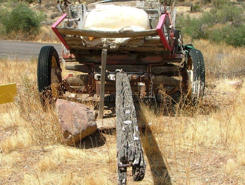 有橡胶轮子的老木无盖货车 免版税库存图片