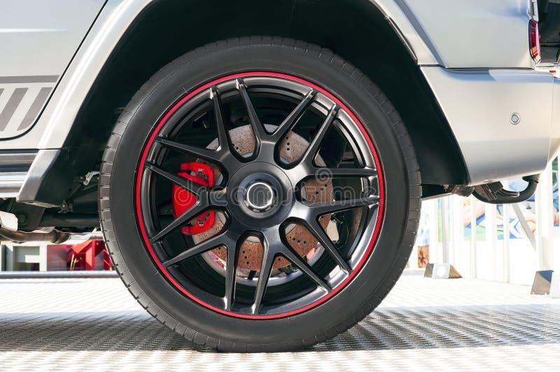 有橡胶轮胎的现代汽车在轮子外缘 免版税库存照片