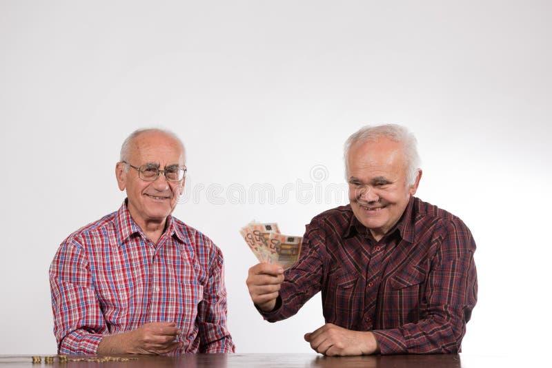 有欧元的两个人在手上 库存图片