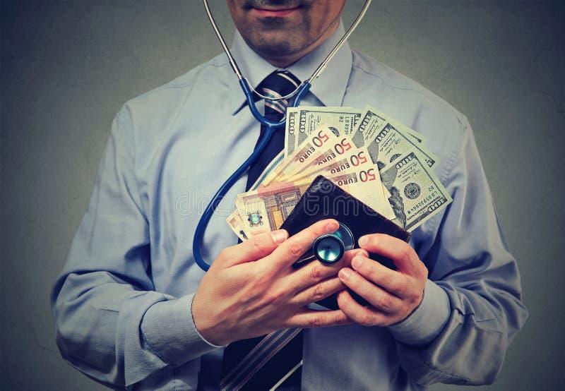 有欧元的获利他的钱包检查他的财政状态的人和美元 图库摄影