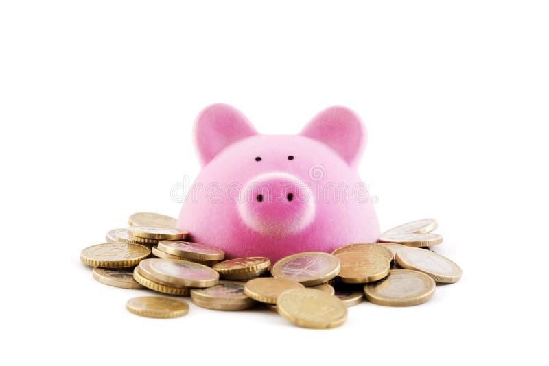 有欧元硬币的桃红色存钱罐 免版税库存照片