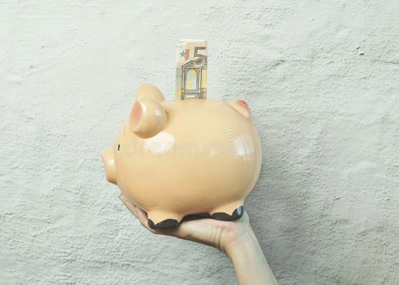 有欧元票据的存钱罐 免版税库存图片