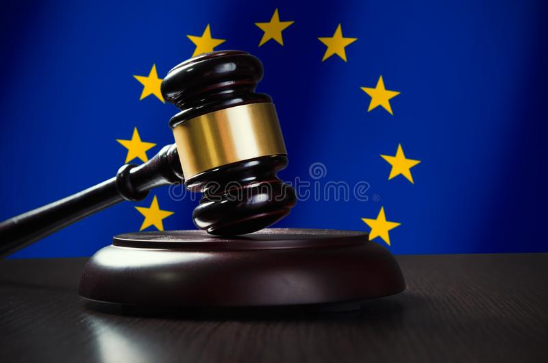 有欧盟旗子的木惊堂木在背景中 库存图片