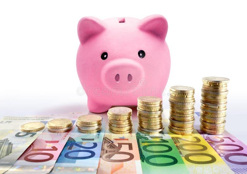 有欧洲硬币堆和钞票的-增量存钱罐 库存照片