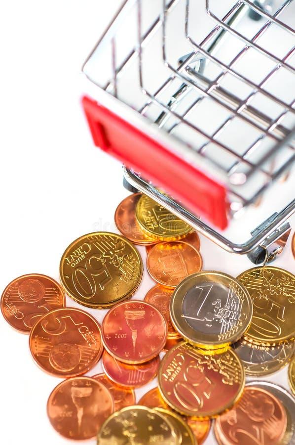 有欧洲硬币的购物车,购买的p符号照片 库存图片