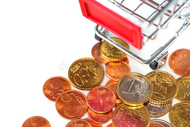 有欧洲硬币的购物车,购买的p符号照片 图库摄影