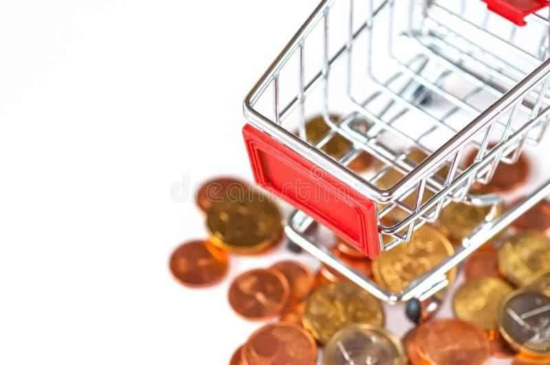 有欧洲硬币的购物车 库存图片
