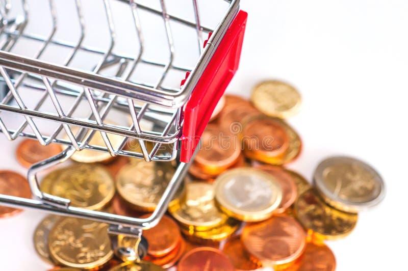 有欧洲硬币的购物车 免版税库存照片