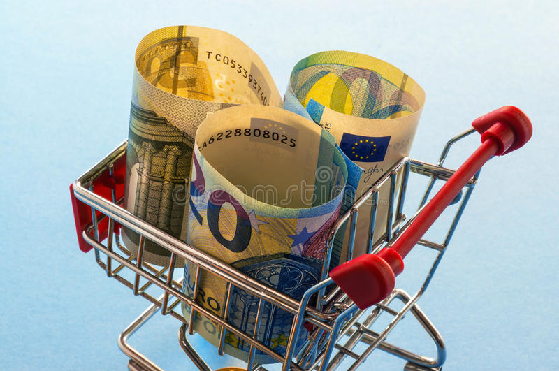有欧洲硬币的购物车 免版税库存图片
