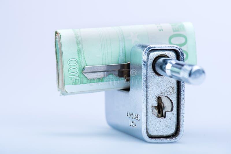 有欧洲钞票和钥匙的Deadbolt 库存照片