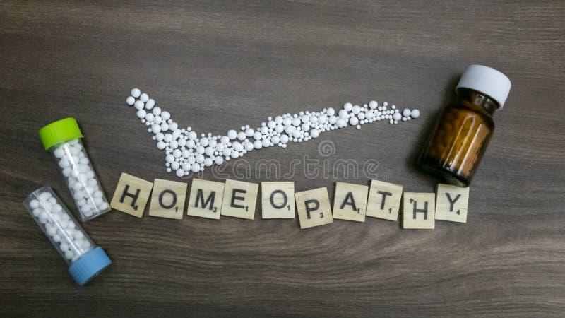 有正确的标记和同种疗法文本的同种疗法概念同种疗法药物瓶在木背景 库存图片