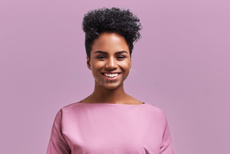 有正面微笑的愉快的非裔美国人的女实业家,有酥脆黑发,高兴有周末和好休息 免版税库存照片