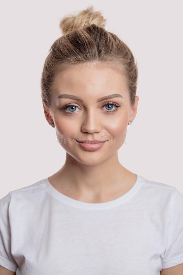 有正面表示的一名白肤金发的迷人的妇女 免版税库存照片