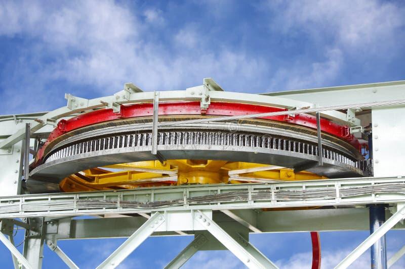 有正齿轮的大推进滑车轮&附有了拖拉附带运载的绳索 库存照片