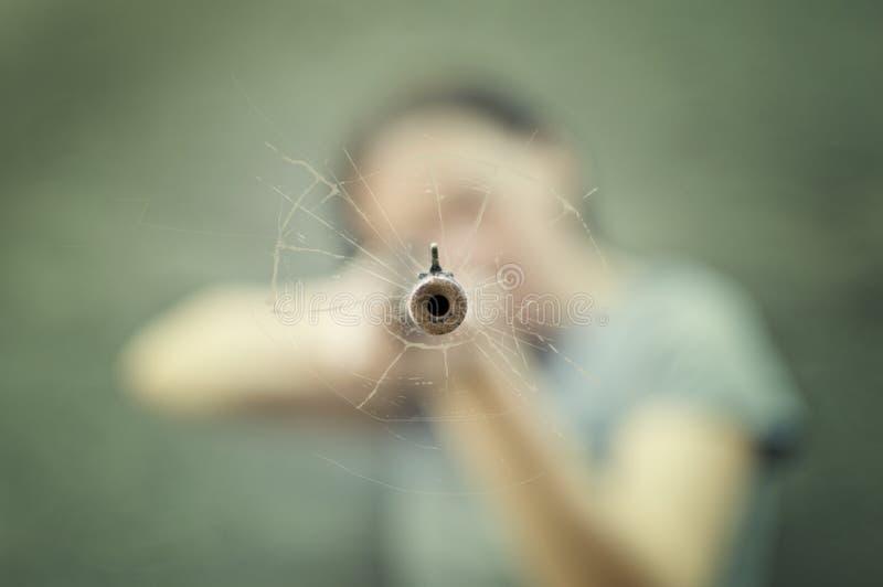 有步枪的妇女。 库存图片