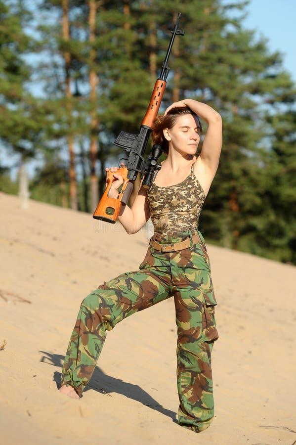 有步枪的少妇 库存照片