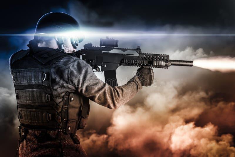 攻击有步枪的战士在启示云彩,射击 免版税库存照片