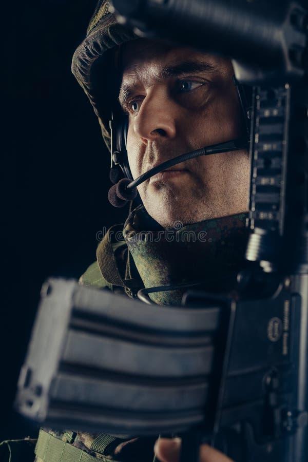 有步枪的特种部队战士在黑暗的背景 免版税库存图片