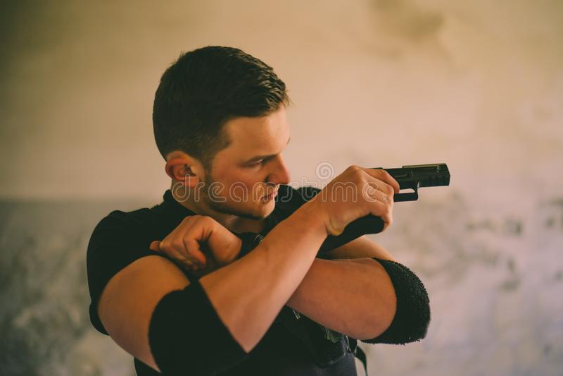有武器的特种部队战士参加军事演习 战争、军队、技术和人概念 库存图片
