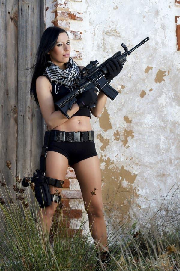 有武器的美丽的女孩 免版税图库摄影