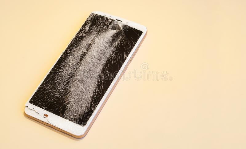 有残破的屏幕的智能手机 免版税库存图片