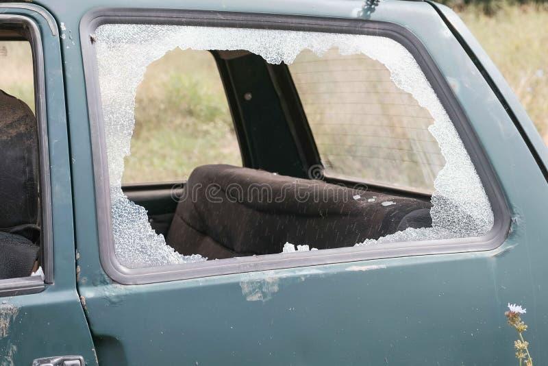 有残破的Windows的汽车 事故被放弃的老汽车 侧视图 免版税库存照片
