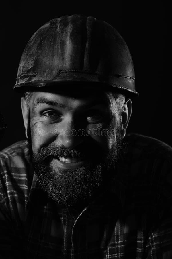 有残酷图象的工作者穿肮脏的红色盔甲和衬衣 库存照片