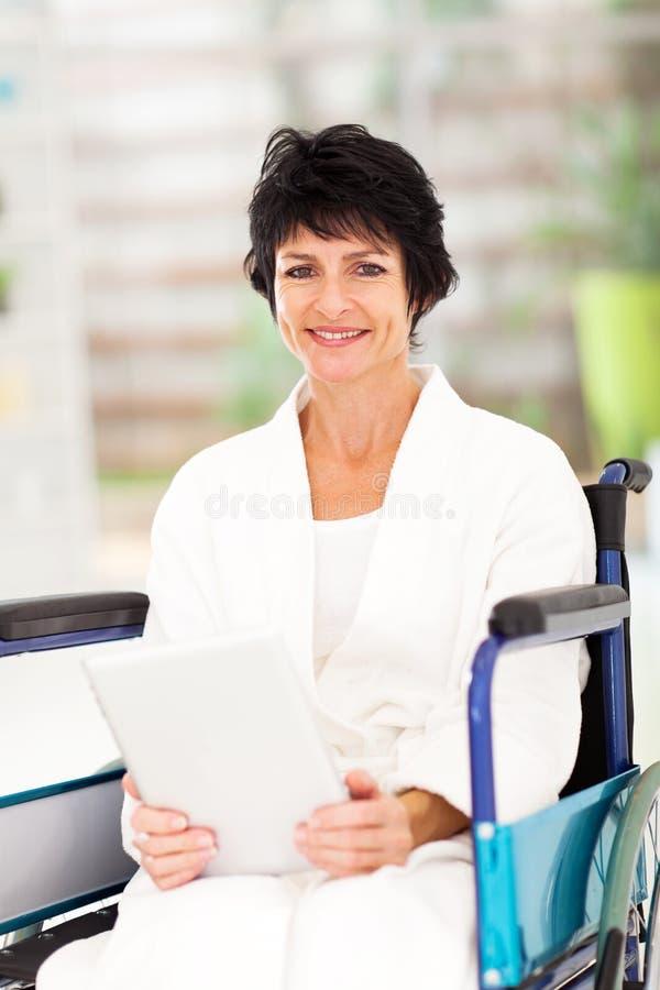 有残障的中间名变老的妇女 库存图片