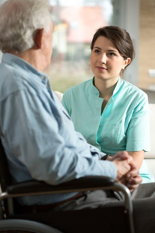有残障的人和他的护士 库存图片