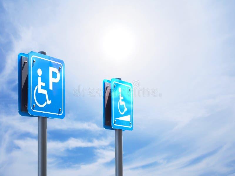 有残障的停车处和倾斜方式标志 免版税库存照片