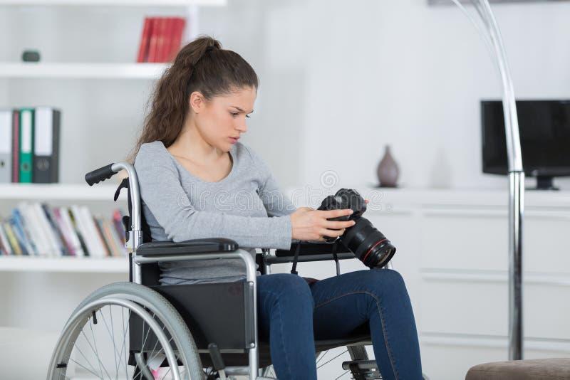 有残障的女性摄影师采取与dslr照相机的图象 免版税库存图片