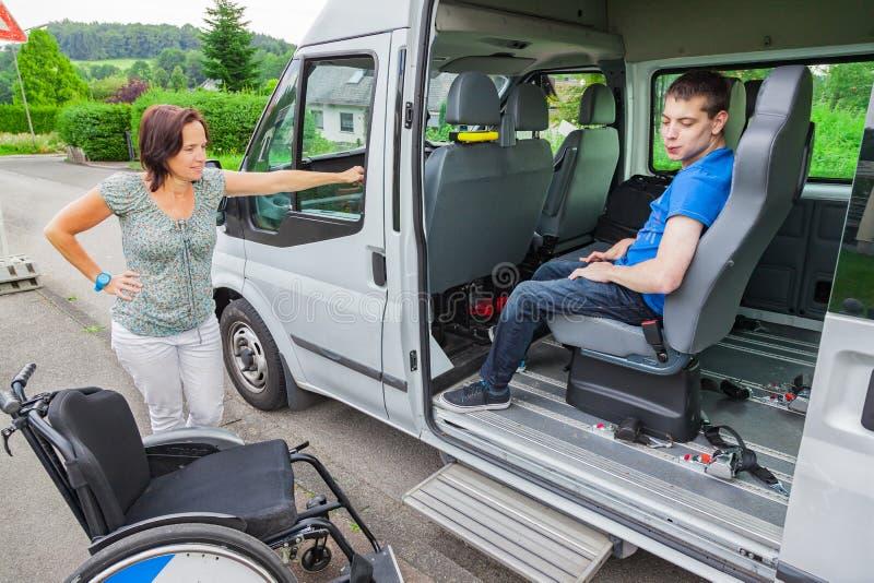 有残障的男孩乘校车拾起 免版税库存照片