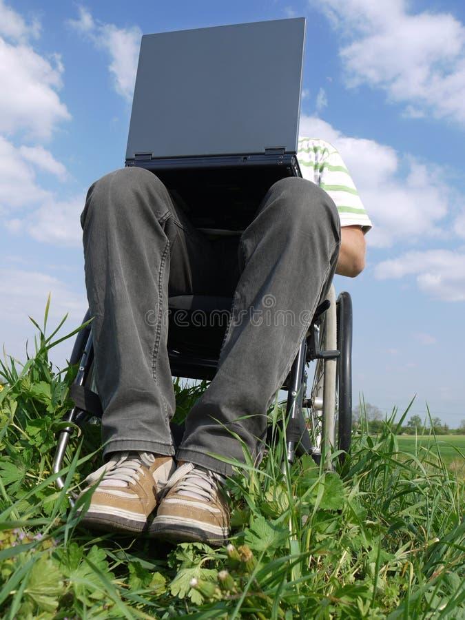 有残障的膝上型计算机人 免版税图库摄影