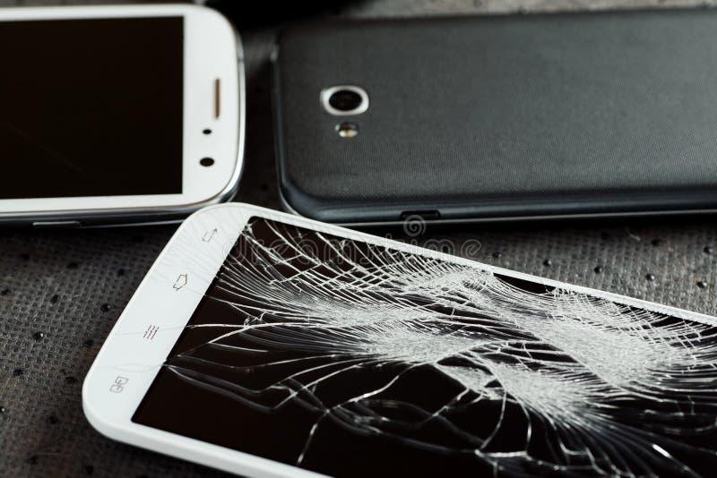 有残破的屏幕的手机 免版税库存照片