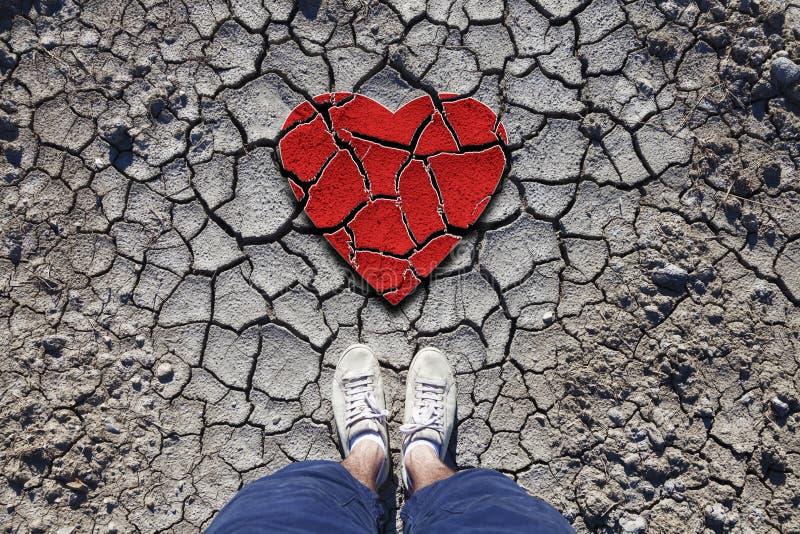 有残破的爱心脏的孤独的人 库存照片