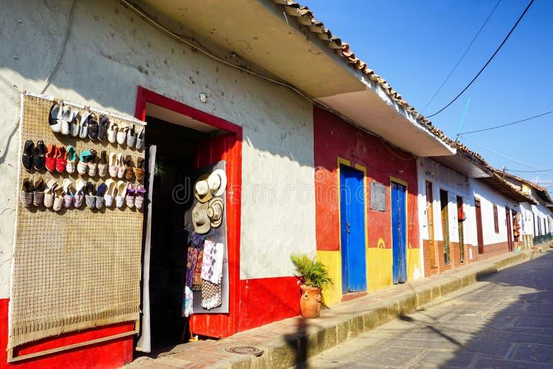 有殖民地样式的五颜六色的议院在Curiti,哥伦比亚 免版税图库摄影
