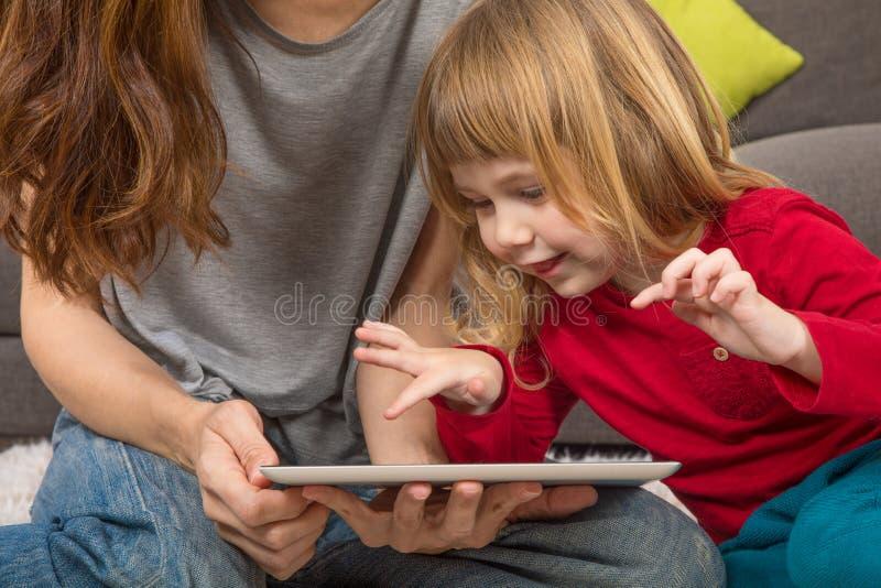 有母亲的儿童触板 免版税库存图片