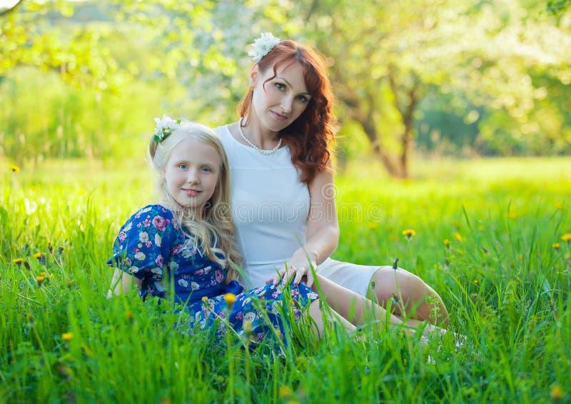 有母亲的可爱的愉快的女婴a的 免版税库存照片