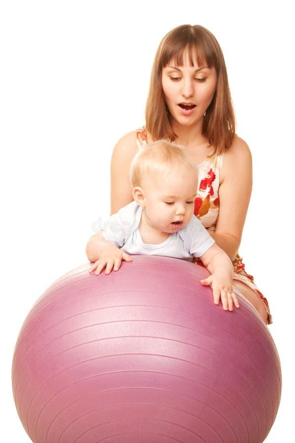有母亲的婴孩健身球的 免版税库存照片